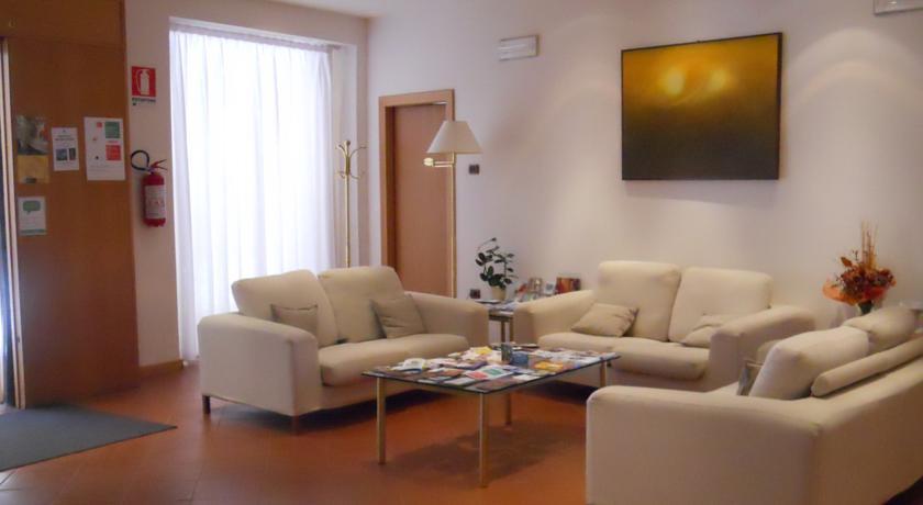 ウルビーノホテル「アルベルゴイタリア」のレセプション