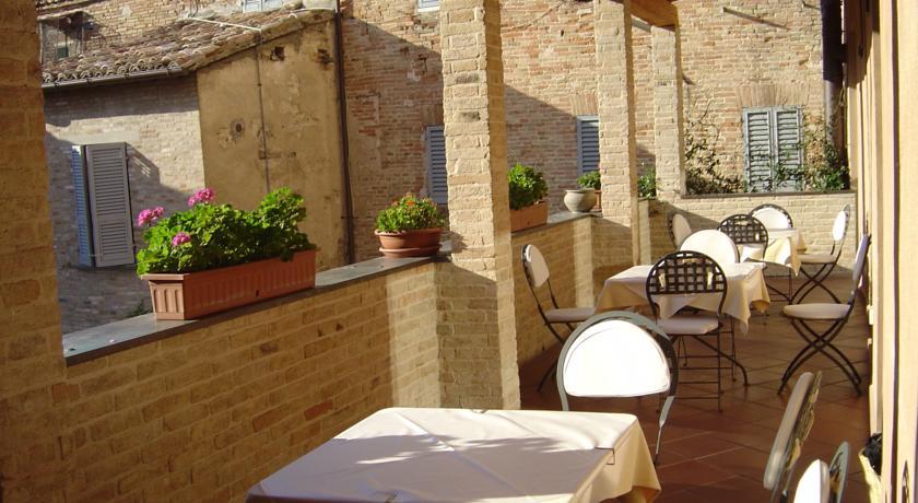 ウルビーノのホテル「アルベルゴ・イタリア」のテラス席